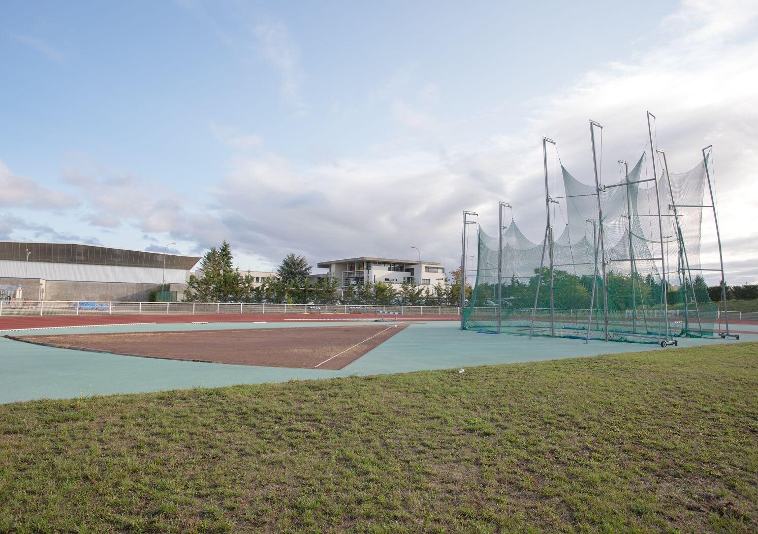 Le stade d 39 athl tisme colette besson les grandes for Piscine olympique dijon